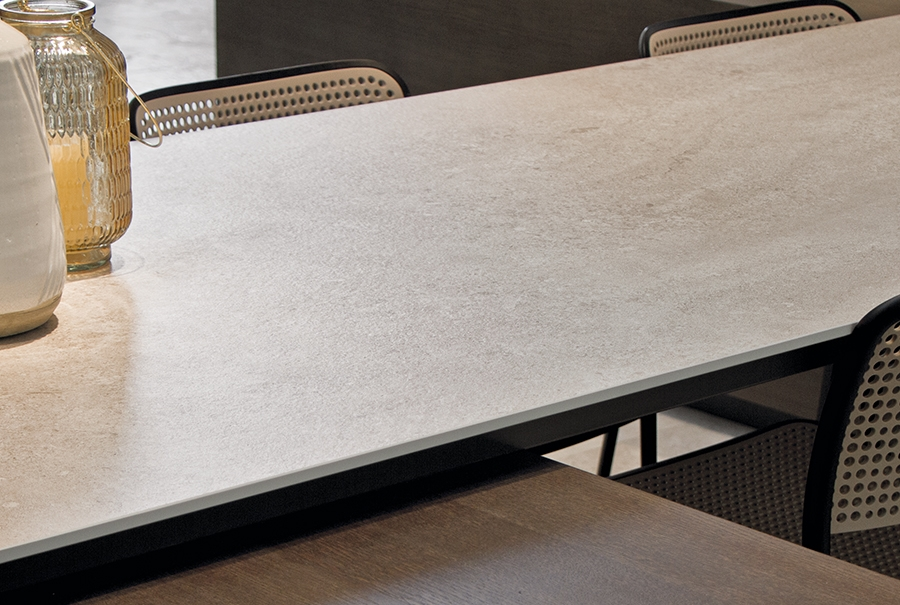 Image of a kitchen counter featuring itopker porcelain slabs